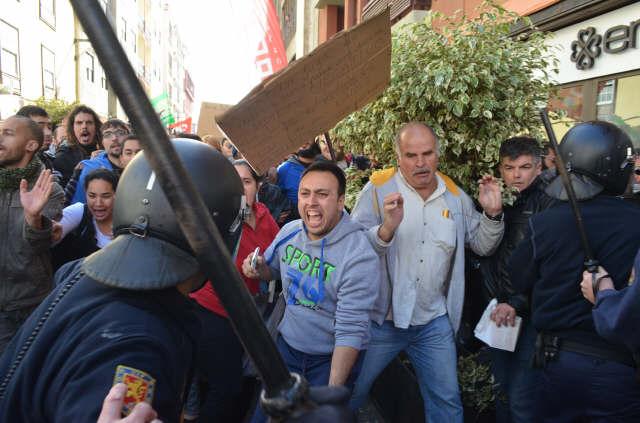 Uno de los agentes carga contra los manifestantes. |  MOISÉS PÉREZ