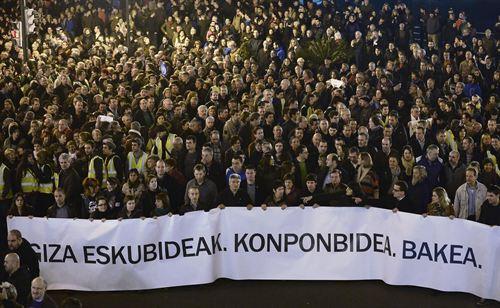 """Más de 100.000 personas han tomado parte en Bilbao en la manifestación convocada por PNV, Sortu, Aralar, EA, Alternatiba, ELA y LAB bajo el lema """"Derechos Humanos, Acuerdo y Paz"""" y que se ha desarrollado entre consignas a favor del regreso de los presos y la amnistía, pese a que se había acordado que discurriera de manera silenciosa."""