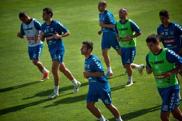 Sandro, en el centro de la imagen, ha estado desde septiembre entrenando sin ficha con el Tenerife. / F. PALLERO