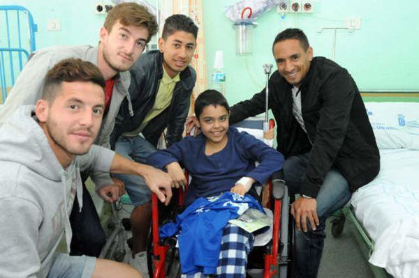 Los jugadores visitaron a los niños que han pasado las fiestas en el hospital. / JAVIER GANIVET