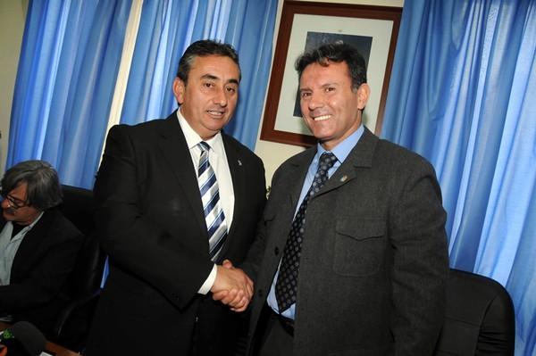 Mesa y Abreu se saludan tras presentar la moción de censura que los llevó a gobernar el municipio. / M. PÉREZ
