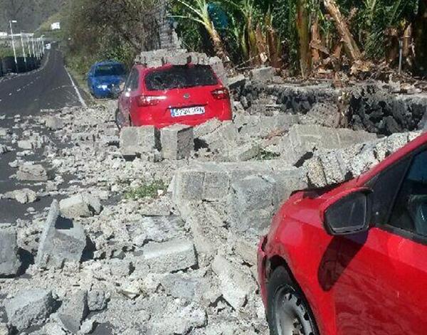 La caída de este muro en La Palma afectó a varios vehículos.   D. S.