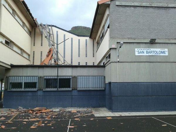 Un colegio de Tejina pierde parte de su techo por el viento. / SERGIO MÉNDEZ