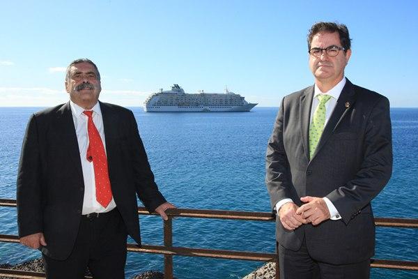Fernando Niño y Pedro Rodríguez Zaragoza posan con el barco fondeado. | DA