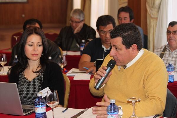 Mila Pacheco y Juan Miguel Albertos, los asesores legales, jugaron un gran papel durante la asamblea.   N. L.