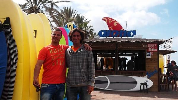 Los propietarios de la academia de surf ATSA, Nils Grillo y Juan Trujillo, ayer en Playa de Las Américas. | N. D.