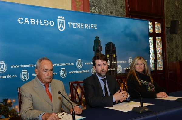 Antonio Plasencia, Carlos Alonso y Ángeles Palmero, ayer en la rueda de prensa en el Palacio insular.   DA
