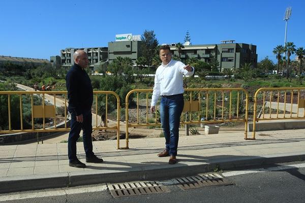 El concejal Antonio Sosa, junto al responsable de Obras, Ramón García, en una visita a la zona. | DA