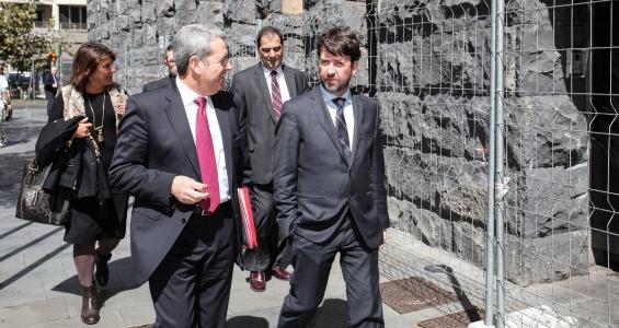 El presidente del Cabildo, Carlos Alonso, y el vicepresidente, momentos antes de reunirse con el presidente dej Gobierno de Canarias para abordar el problema de las urgencias hospitalarias. / DA