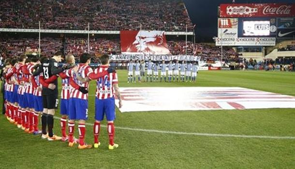Homenaje a Luis Aragonés antes de comenzar el partido Atlético-Real Sociedad