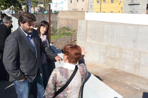 José Ángel Martín y la concejal de distrito, Alicia Álvarez, muro La Salud