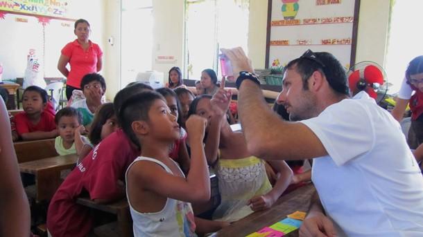 José Francisco Allo, durante la misión en Filipinas Cruz Roja