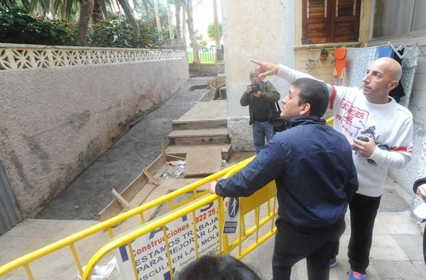 El alcalde, José Manuel Bermúdez, visitó la obra de saneamiento que está realizando Emmasa. | J. GANIVET