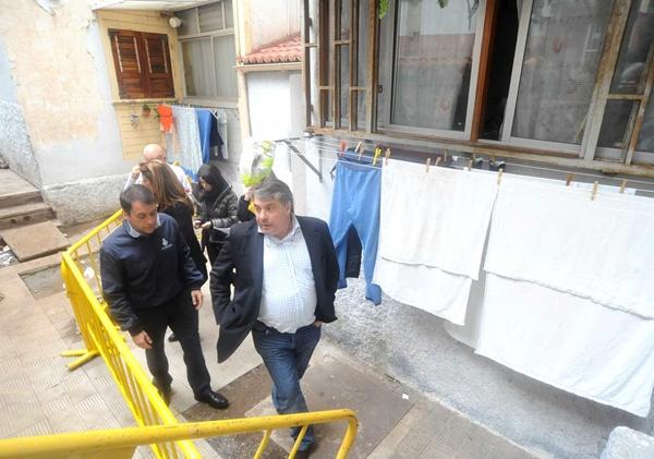Los vecinos se acercaron al alcalde para exponerles de viva voz los problemas del barrio. | J. G.