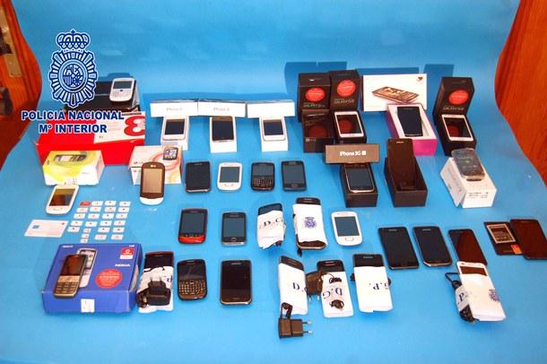 Móviles y accesorios de telefonía recuperados.