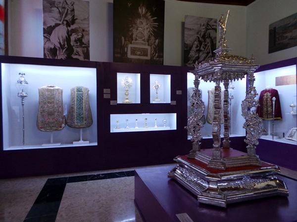 Ángel Castro muestra los tesoros que alberga el nuevo museo. | MOISÉS PÉREZ