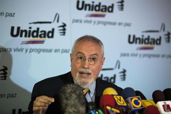 Ramón Guillermo Aveledo en una rueda de prensa de la Unidad Democrática (MUD)