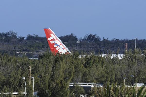 El avión, un Boeing 777W de la brasileña TAN, ayer en Gran Canaria. / ARCADIO SUÁREZ (CANARIAS7)