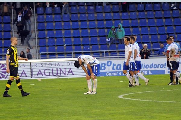El esfuerzo de los jugadores de Álvaro Cervera no se vio recompensado debido al tanto del defensor zaragocista. | JAVIER GANIVET