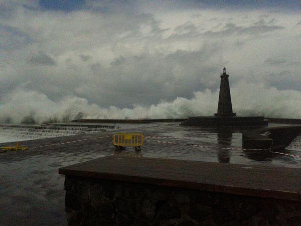 El mal tiempo en el mar se siente en la costa de Bajamar. / JAVIER GANIVET