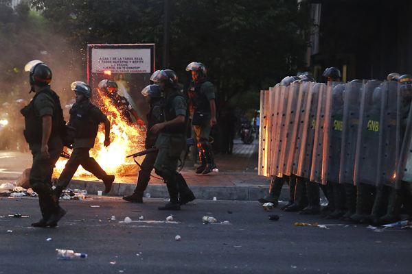 Efectivos de la Guardia Nacional Bolivariana (GNB) intentan repeler una protesta. | REUTERS