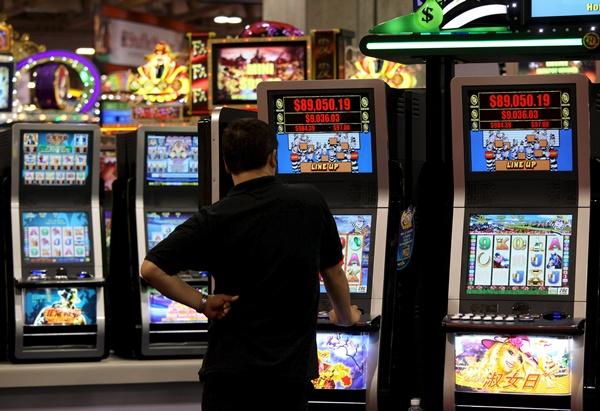 Un hombre juega a las máquinas tragaperras. | DA