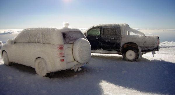 Coches congelados en Izaña. / @Rub_dc
