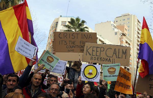 La gente protesta con pancartas por fuera de los juzgados. / REUTERS