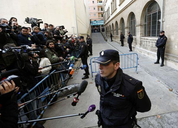Periodistas y policías esperan la llegada de la infanta a los juzgados de Palma. / REUTERS