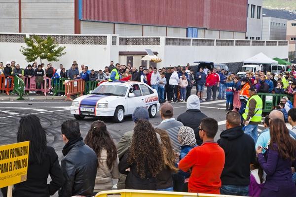 Pese a las adversas condiciones meteorológicas, unas 3.000 personas, según estimaciones de la organización, asistieron a la Fiesta del Motor.   DA