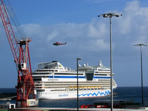 El helicóptero del GES sobrevoló las aguas del puerto de la capital palmera en busca del pasajero. | D. S.