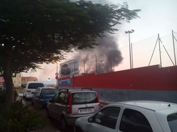 Incendio de contenedores en la carretera general del Rosario esquina con Príncipes de España. / DA