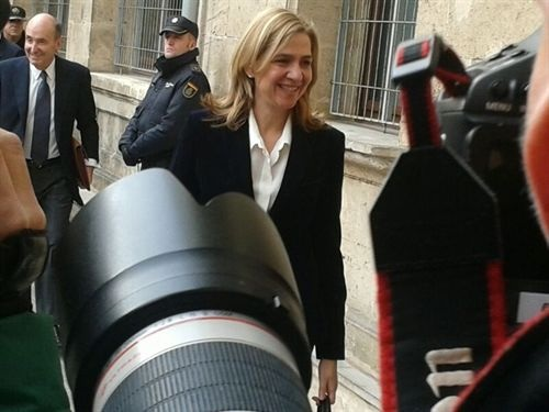 Decenas de periodistas esperaban a la infanta a su llegada a los juzgados. / REUTERS