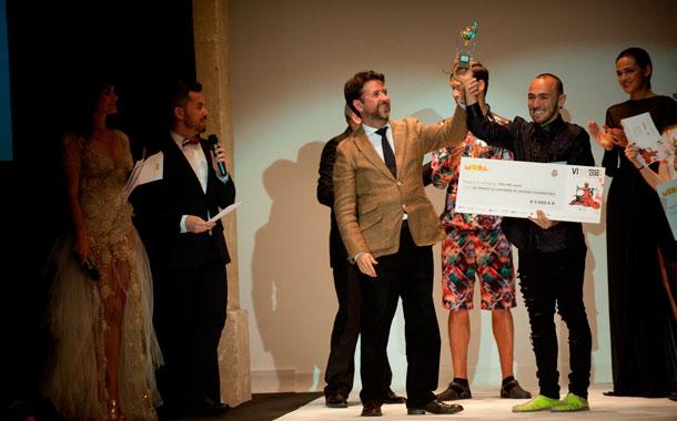 El presidente insular Carlos Alonso y el consejero Efraín Medina premiaron al ganador. / FRAN PALLERO