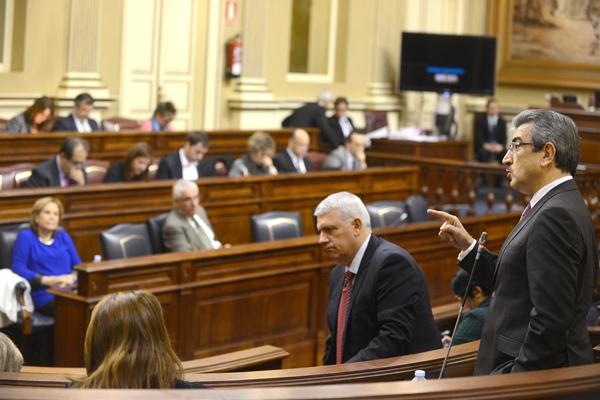 El portavoz de Nueva Canarias, Román Rodríguez, interviene en un pleno del Parlamento regional. | S. MÉNDEZ