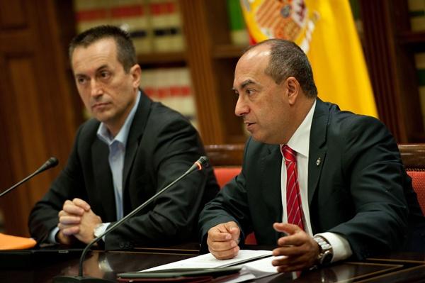 Ruano (CC) y Cruz (PSOE), en rueda de prensa en la biblioteca del Parlamento de Canarias. | FRAN PALLERO