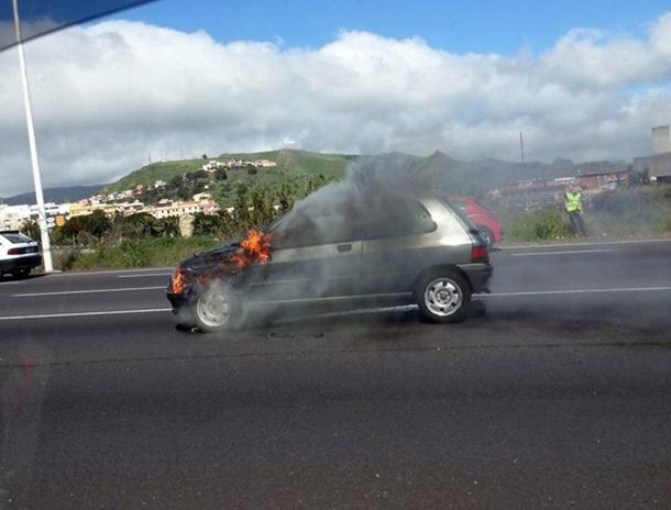 coche ardiendo en Padre Anchieta 1
