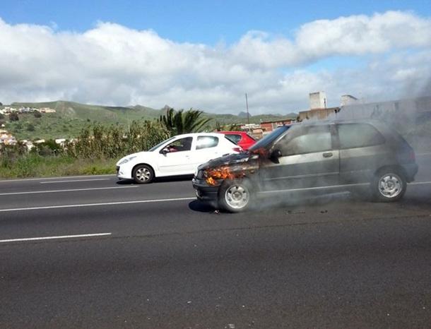 coche ardiendo en Padre Anchieta 2.jpg