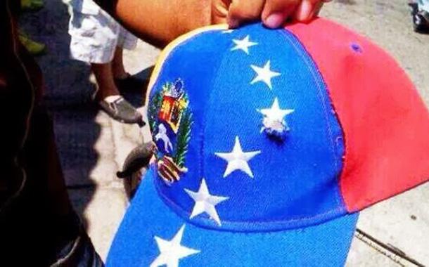 Gorra que llevaba Wilmer con el agujero de la bala que le quitó la vida. | twitter