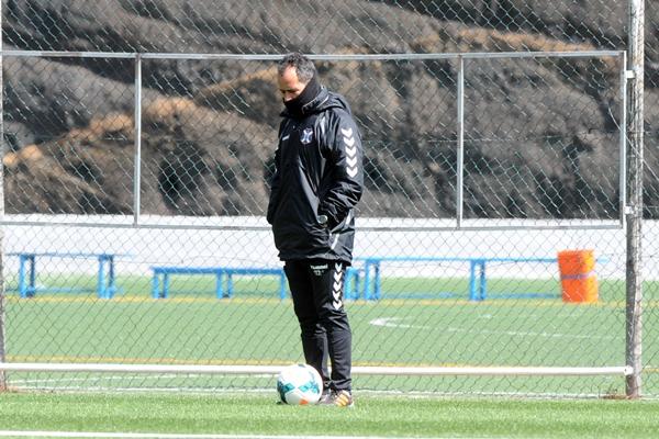 El entrenador del Tenerife cree que el duelo de mañana es más importante de lo que parece. | DA