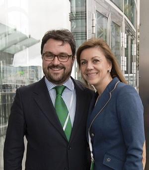 Asier Antona, con María Dolores de Cospedal,