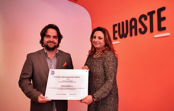 Cristina Valido entrega al gerente de Ewaste Canarias SL, David Bustabad,