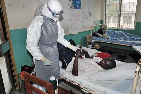 La doctora Sterk con un paciente de ébola. Uganda, 2007. FOTO Claude Mahoudeau/MSF