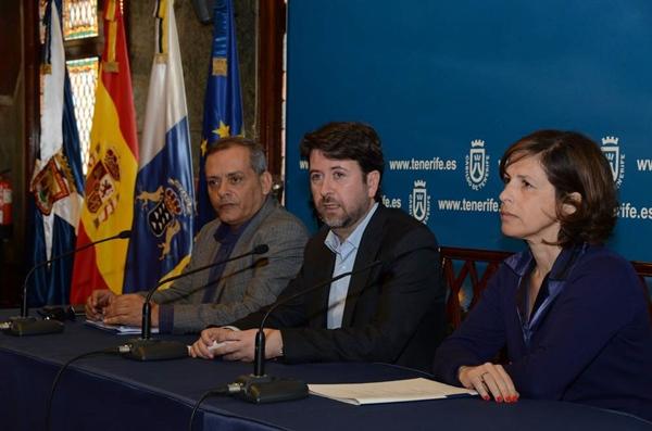 Efraín Medina, Carlos Alonso y Gabriela de Armas, ayer en el acto. | DA