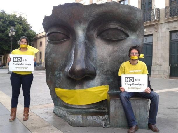 Greenpeace amordaza esculturas en Canarias en protesta por la Ley de Seguridad Ciudadana