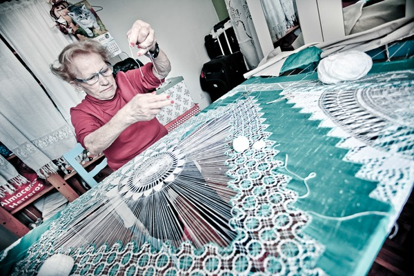 Isabel Hernández, realejera de 83 años, desarrolla su creatividad como encajera caladora. | DA