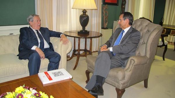 Jerónimo Saavedra (i), junto al presidente del Parlamento de Canarias, Antonio Castro Cordobez. | DA
