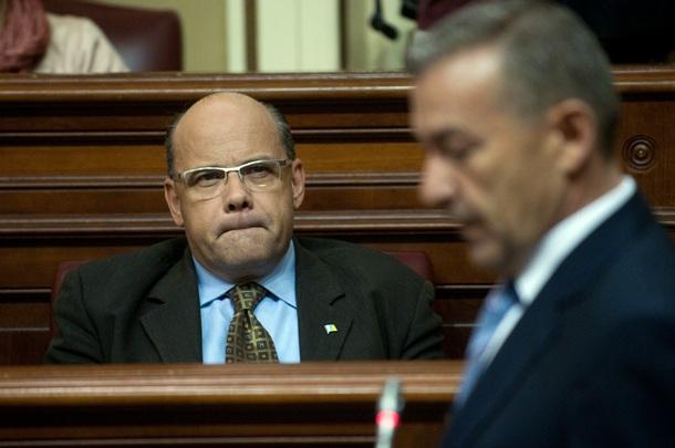 José Miguel Barragan escucha a Paulino Rivero