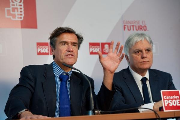 Juan Fernando López Aguilar y José Miguel Pérez, ayer en Santa Cruz de Tenerife. | FRAN PALLERO