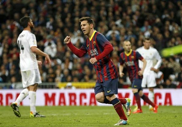 Messi celebra uno de sus tres goles en el Barnabéu. | REUTERS
